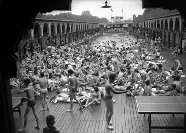 A la piscine Deligny, 1968