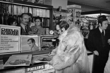 Charles Aznavour en dédicace, 1966