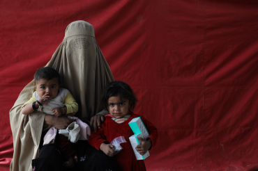 Une mère et ses deux enfants, Kama, Afghanistan, 2019