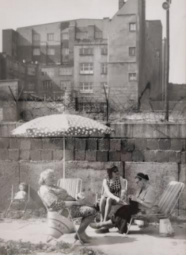 Après-midi au pied du mur, 1964