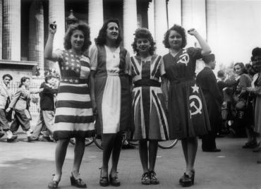 Parisiennes vêtues de robes aux couleurs des pays vainqueurs, 8 mai 1945
