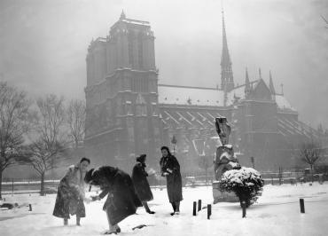 Bataille de boule de neige à Notre-Dame, Paris, 1938