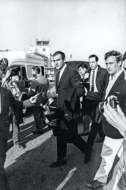 Sean Connery, à son arrivée à l'aéroport de Nice, 1965