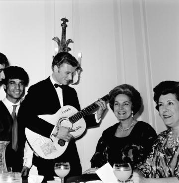 Johnny Hallyday jouant de la guitare pour la Bégum Aga Khan III, 1962