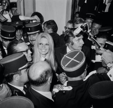 Arrivée de Brigitte Bardot et de Gunter Sachs lors la soirée de clôture, 1967