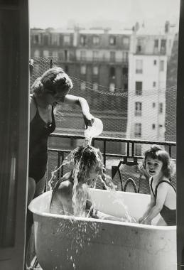 L'heure du bain sur le balcon, vers 1950