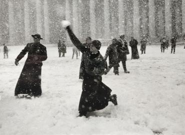 Bataille de boule de neige entre des séminaristes américains, Place Saint-Pierre, Rome, vers 1960