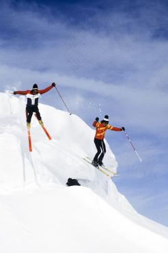 Skieurs sautant une corniche #2