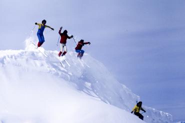 Skieurs sautant une corniche #1, 1981