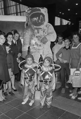 Enfants en combinaison d'astronaute à Paris, 1969