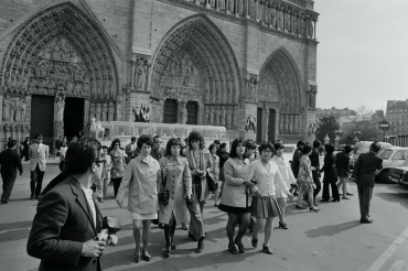 Les touristes devant Notre-Dame de Paris, 1971.