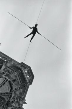 Le Funambule aux Tours Notre-Dame de Paris #2, 1971
