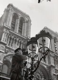 Le parvis de Notre-Dame baigné de lumière, vers 1960