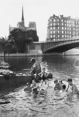 Baignade au pied de Notre-Dame, 1937