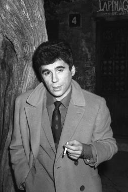 Claude Nougaro devant le Lapin Agile, 1963
