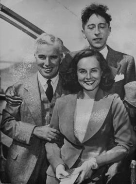 Charlie Chaplin avec le poète Jean Cocteau et l'actrice Paulette Goddard, 1936