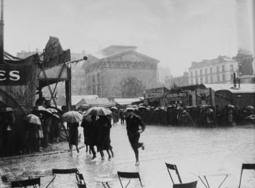 Sauve-qui-peut sur la Place de la Nation, vers 1950