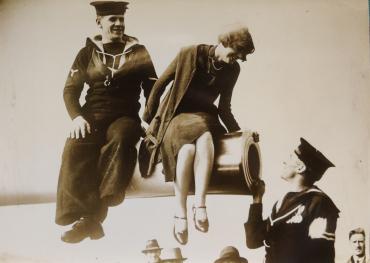 La fille au canon, vers 1930