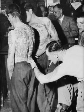 Regards attentifs au Bristol Tattoo Club, vers 1950
