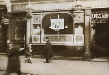Le fantôme du liquor store, Londres, vers 1930