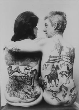 Le champion des tatouages présente ses réalisations, vers 1950