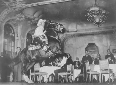Un cow-boy et son cheval font une entrée sensationnelle dans un grand hôtel de Londres, 1939