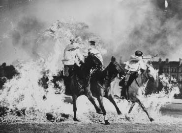 Au galop à travers les flammes, vers 1950