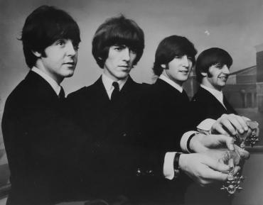 Les Beatles décorés par la Reine d'Angleterre, Londres, 26 octobre 1965