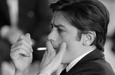 Alain Delon fume une cigarette, 1969