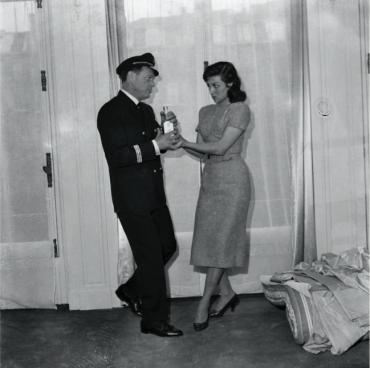 Eddie Constantine et Pascale Roberts dans une scène du film « Ces femmes qui aiment le Mambo », 1957