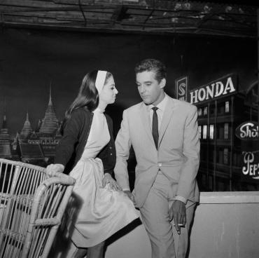 Les acteurs Pier Angeli et Kerwin Mathews sur le tournage du film « Banco à Bangkok pour OSS 117 », 1964