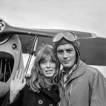 Alain Delon et Joanna Shimkus sur le tournage du film « Les aventuriers » réalisé par Robert Enrico à l'aérodrome de Moiselles, France, 1966