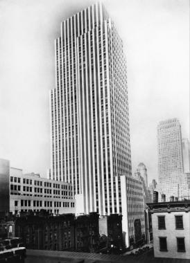 Un gratte-ciel nouvellement construit pour l'installation de la rédaction de « The News », vers 1930