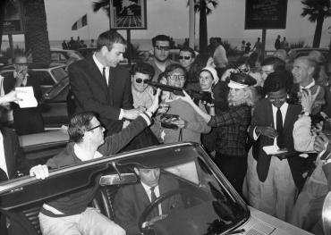 Sean Connery signe des autographes, 1965