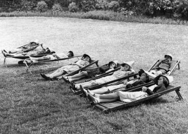 Sieste des écoliers dans Saint James's Park, Londres, 1937