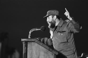 Fidel Castro en visite dans une usine de filature, 1979