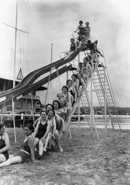 Vacanciers sur le toboggan de Deauville, 1936