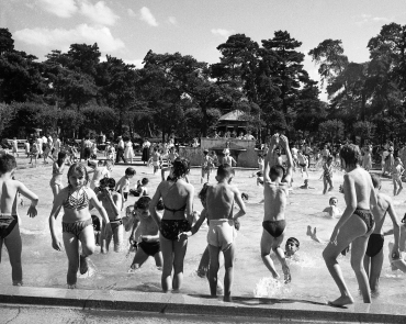 Baignade dans le bassin du jardin d'acclimatation de Paris, 1937
