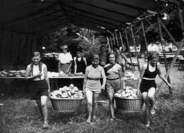 Colonie de vacances dans la forêt de Villeneuve-l'Etang, 1935