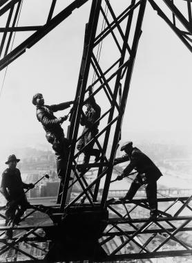 Travaux de nettoyage de la tour Eiffel, Paris, 1932