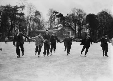 Le lac du bois de Boulogne gelé en hiver, 1954