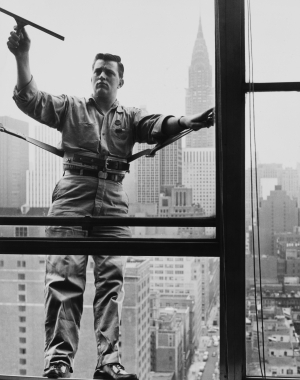 Un laveur de vitre de haute altitude, New York, vers 1950