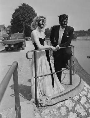 Deux figurants sur les bords de Seine lors du tournage du film « Mademoiselle s'amuse », 1947