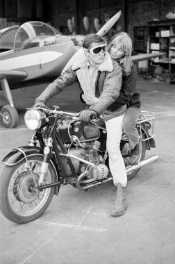 Alain Delon et Joanna Shimkus sur le tournage du film « Les aventuriers », 1966
