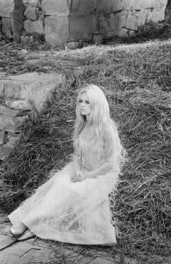 Brigitte Bardot assise dans la paille dans le film « A cœur joie », 1966