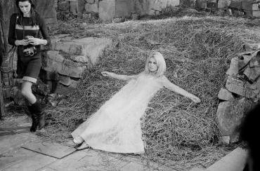 Brigitte Bardot assise dans la paille le film « A cœur joie », 1966
