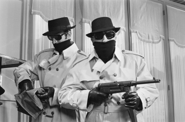 Fernandel et Georges Descrières en bandits dans le film « L'Homme à la Buick », 1966
