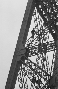 Homme repeignant la tour Eiffel, Paris, France, 1969