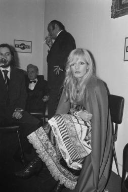 Sylvie Vartan dans les loges du théâtre Marigny, 1970
