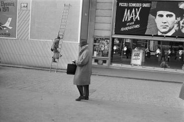 Un passant sur les Champs-Elysées devant le film